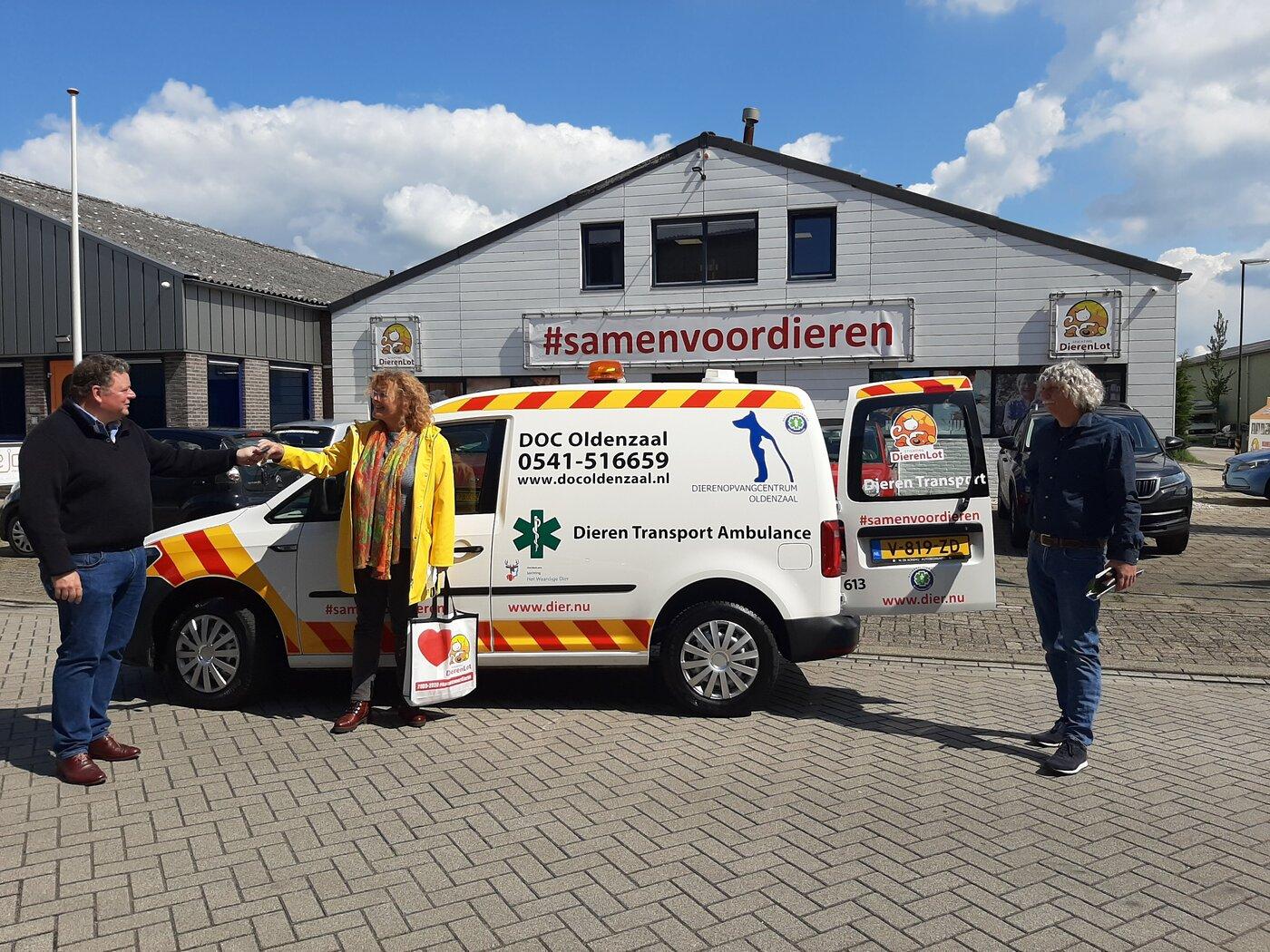 DOC Oldenzaal neemt de sleutels van de ambulance in ontvangst